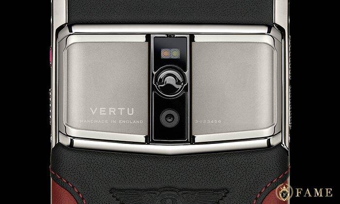 nắp lưng với thiết kế đặc trưng của vertu